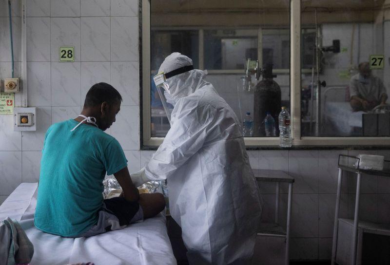 © Reuters. Folto del viernes de trabajadores médicos tratando a pacientes infectados con coronavirus en un hospital de Nueva Delhi