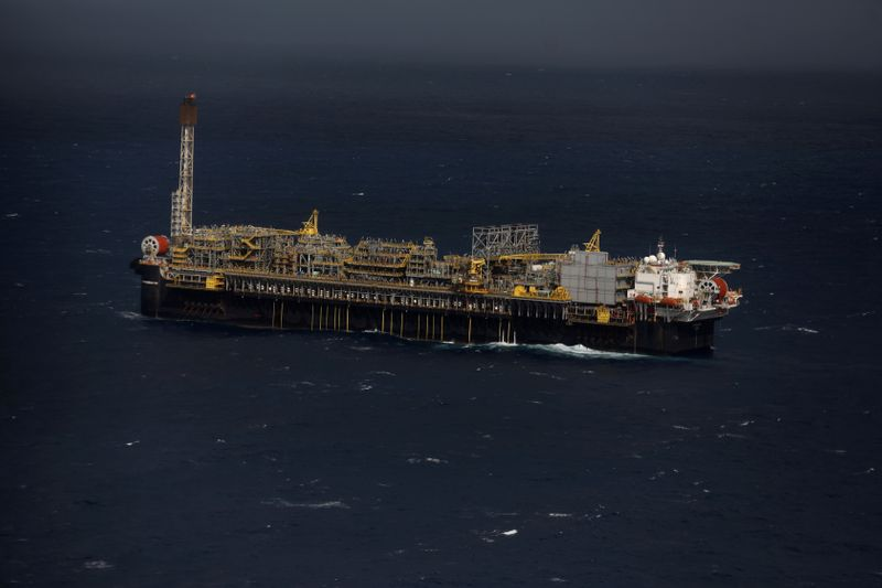 © Reuters. FILE PHOTO: General view of Brazil's Petrobras P-66 oil rig in the offshore Santos Basin in Rio de Janeiro