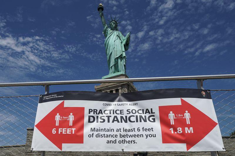 © Reuters. Las visitas a la Estatua de la Libertad en Nueva York se reanudan mientras la ciudad ingresa a una nueva fase del desconfinamiento, aunque los casos de coronavirus han seguido incrementándose en todo Estados Unidos. Julio 20, 2020. REUTERS/Carlo Allegri