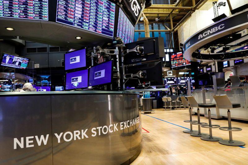 © Reuters. Một sàn giao dịch gần như trống rỗng được xem là sự chuẩn bị được thực hiện cho sự quay trở lại giao dịch tại NYSE ở New York