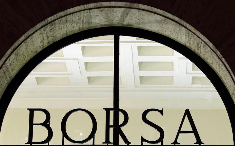 © Reuters. L'entrata della Borsa di Milano, 10 dicembre 2012