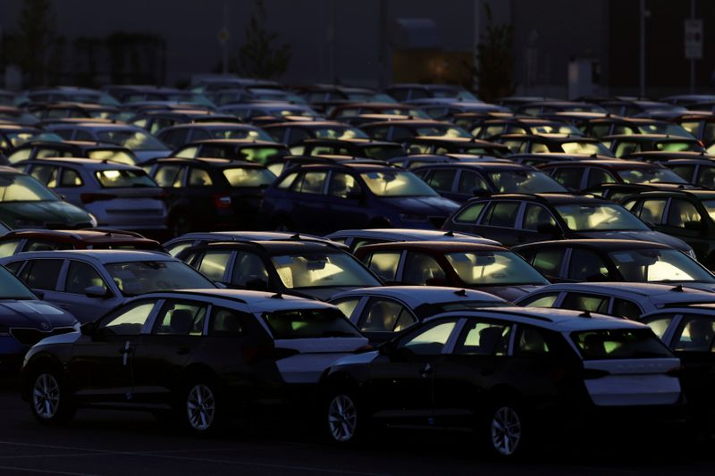 © Reuters. FILE PHOTO: Cars are parked in the courtyard of Skoda Auto's factory as the company restarts production after shutting down due to the coronavirus disease (COVID-19) outbreak in Mlada Boleslav