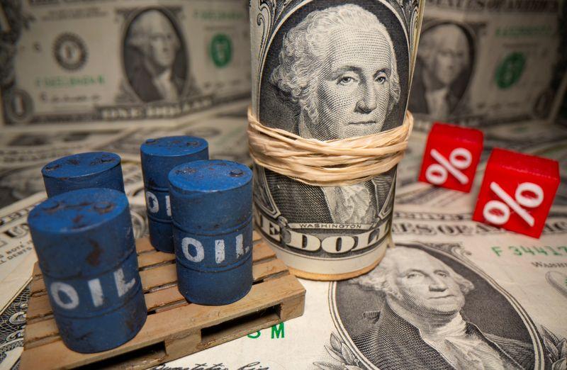 © Reuters. Esta ilustración muestra barriles de petróleo impresos en 3D y símbolos de porcentaje frente a billetes de dólar