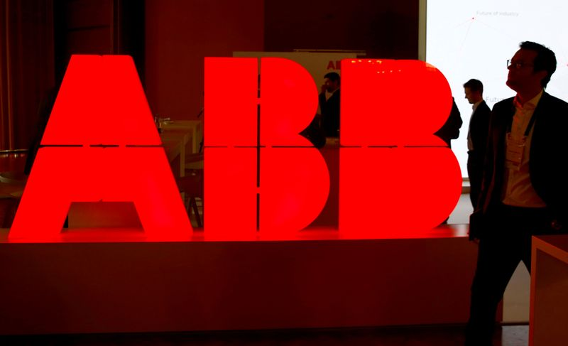 © Reuters. FILE PHOTO: Logo of Swiss power technology and automation group ABB is seen at the Swiss Economic Forum conference in Interlaken