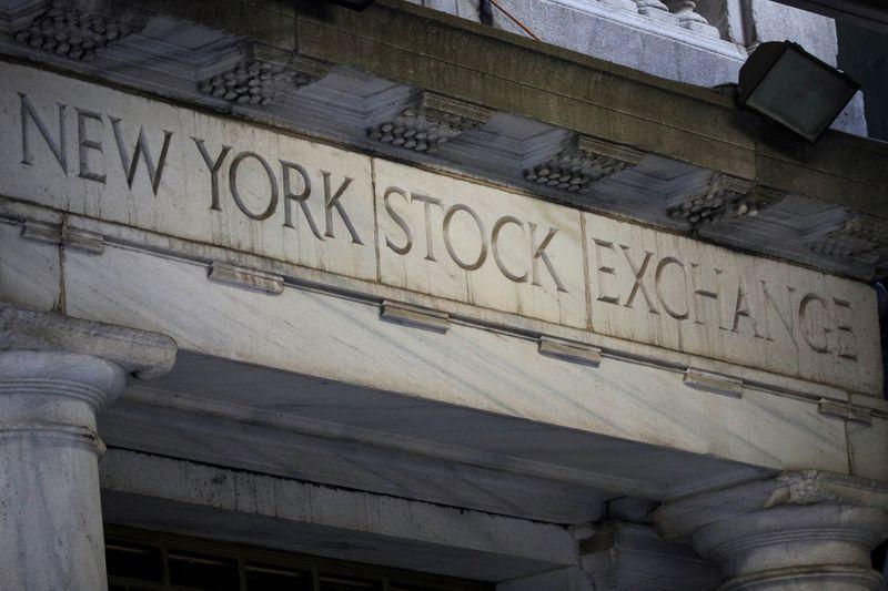 © Reuters. L'entrata di Wall Street, a New York, 26 giugno 2020