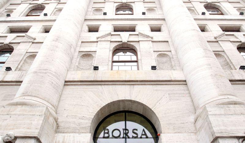 © Reuters. Ingresso della sede della Borsa di Milano