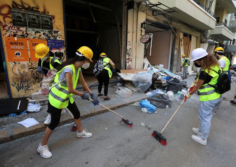 © Reuters. A BEYROUTH, VILLE DÉVASTÉE, LES LIBANAIS FACE À UNE