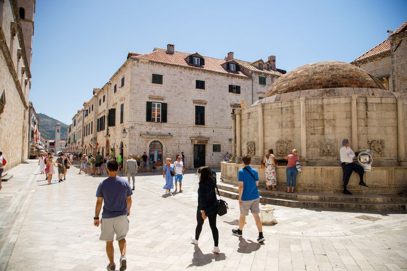 © Reuters. Tourists are seen at Stradun street in Dubrovnik