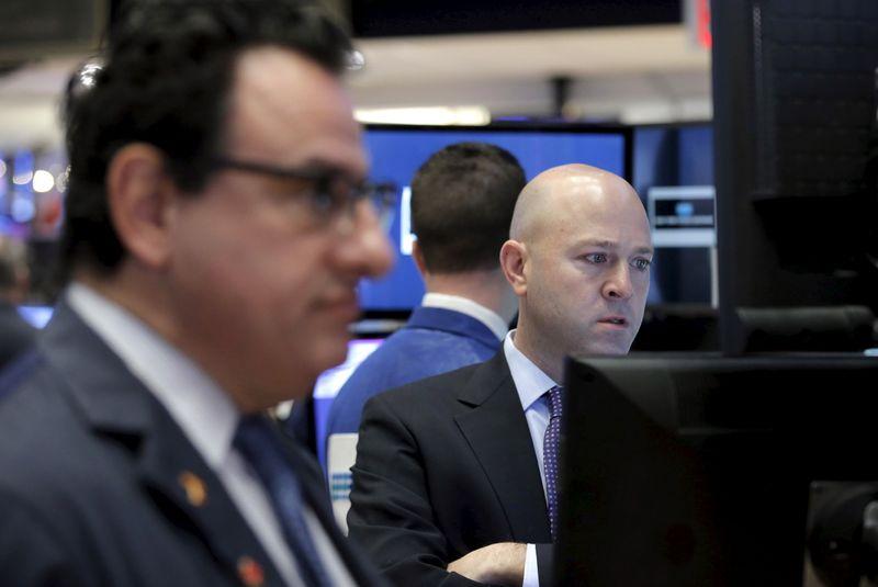 Wall Street clôture peu changé, déception sur l'emploi et le plan de relance
