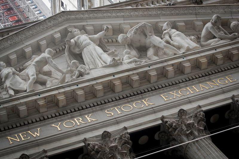 © Reuters. La facciata principale della sede della Borsa di New York a New York City