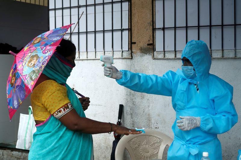 © Reuters. FOTO DE ARCHIVO: El brote de la enfermedad por coronavirus (COVID-19) en Mumbai
