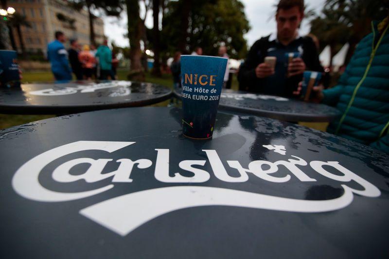 © Reuters. Логотип Carlsberg в фан-зоне в Ницце