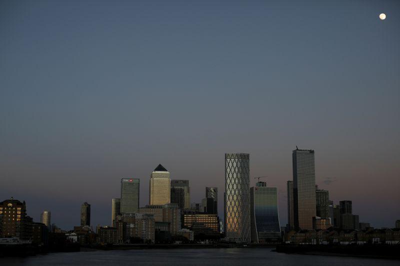 © Reuters. GRANDE-BRETAGNE: LES VIOLENCES DOMESTIQUES DANS LE VISEUR DES GRANDES ENTREPRISES