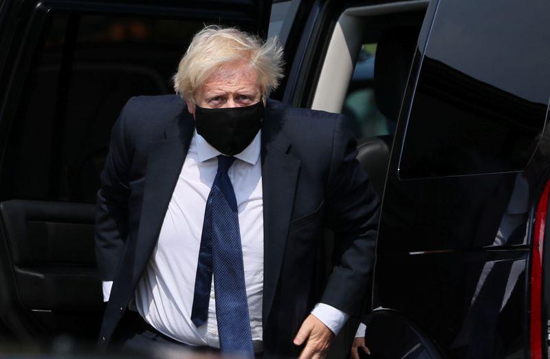 © Reuters. El primer ministro británico Johnson visita Belfast