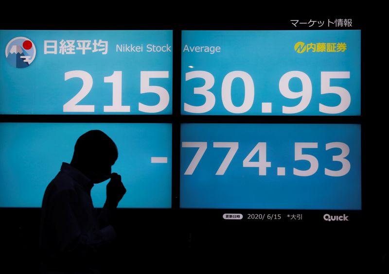 © Reuters. نيكي يرتفع لكنه يحجم عن محو خسائر الجائحة
