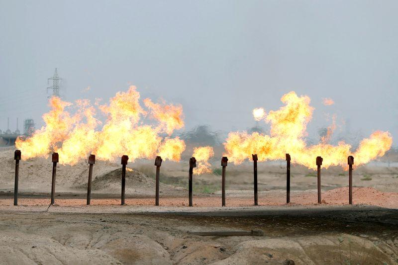 © Reuters. العراق يخفض سعر بيع خام البصرة الخفيف لآسيا في سبتمبر