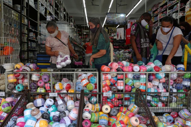 © Reuters. FOTO DE ARCHIVO. Gente compra en una tienda en medio del brote de la enfermedad por coronavirus (COVID-19), en São Paulo, Brasil