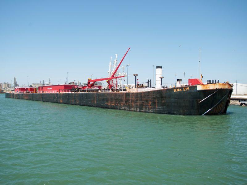 © Reuters. Una barcaza de navegación marítima se llena con petróleo de la Eagle Ford Shale en el Puerto de Corpus Christi, Texas