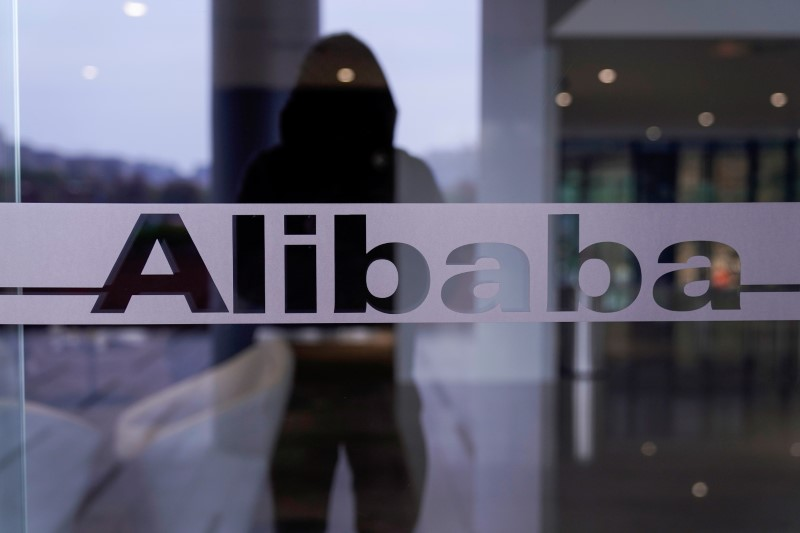 © Reuters. FILE PHOTO: A logo of Alibaba Group is seen at the company's headquarters in Hangzhou