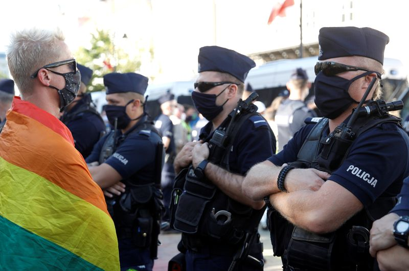 ポーランドのナショナリストとLGBTの活動家がワルシャワで対決:ロイター