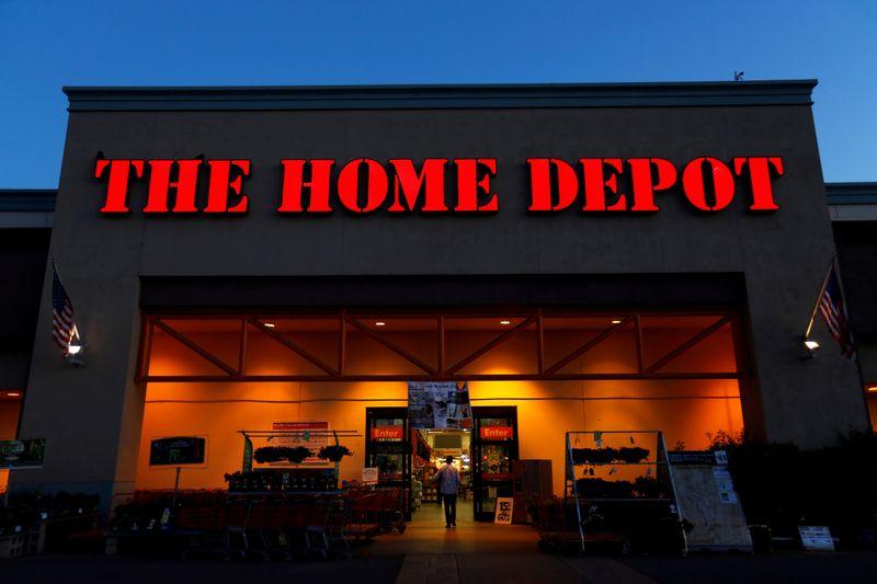 © Reuters. FOTO DE ARCHIVO: El logo de Home Depot se puede ver en Encinitas, California.