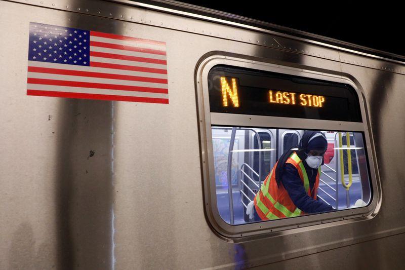 © Reuters. FOTO DE ARCHIVO: El metro de Nueva York MTA cierra durante la noche para operaciones de limpieza durante el brote de la enfermedad del coronavirus (COVID-19) en Brooklyn, Nueva York