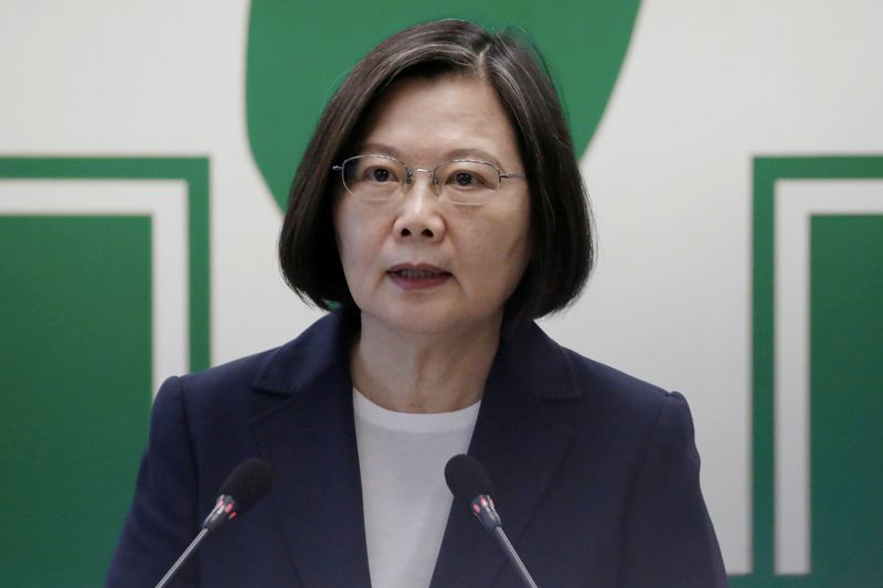 © Reuters. FILE PHOTO: Taiwan President Tsai Ing-wen speaks to the media in Taipei