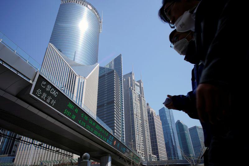 © Reuters. Painel eletrônico com informações da bolsa em Xangai
