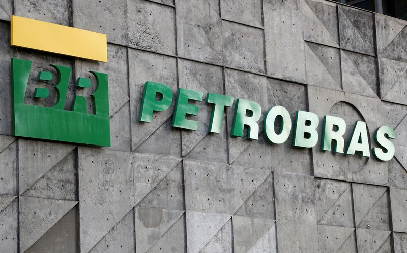 © Reuters. FILE PHOTO: A logo of Brazil's state-run Petrobras oil company is seen at their headquarters in Rio de Janeiro