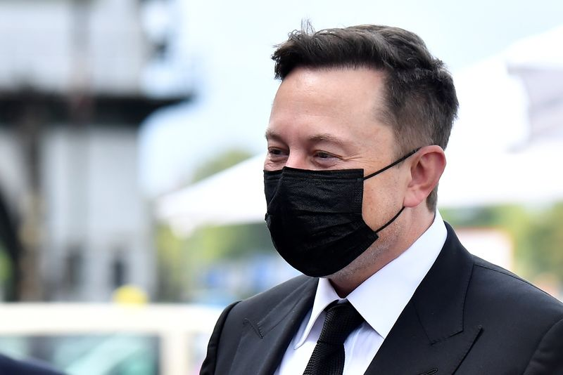 © Reuters. Elon Musk wears a protective mask as he arrives to attend a meeting with the leadership of the conservative CDU/CSU parliamentary group, in Berlin