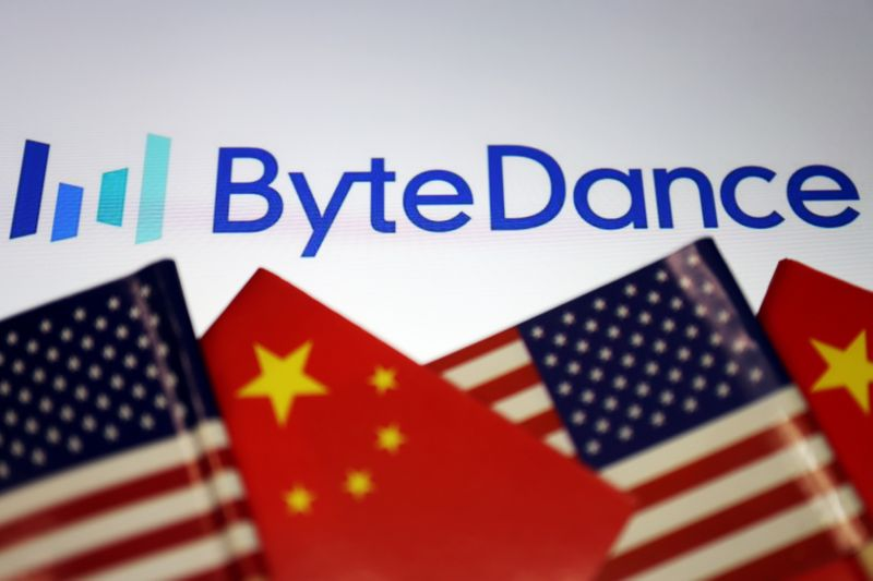 © Reuters. FILE PHOTO: Illustration picture of ByteDance logo with Chinese and U.S. flags