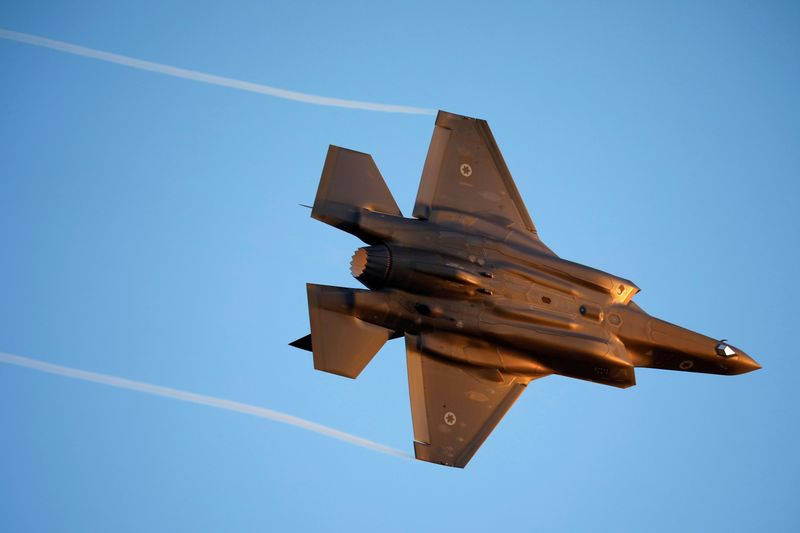 © Reuters. FILE PHOTO: Israeli Air Force F-35 flies during an aerial demonstration at a graduation ceremony for Israeli air force pilots at the Hatzerim air base in southern Israel
