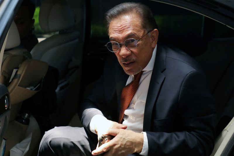 © Reuters. Malaysia's politician Anwar Ibrahim arrives for a meeting in Petaling Jaya