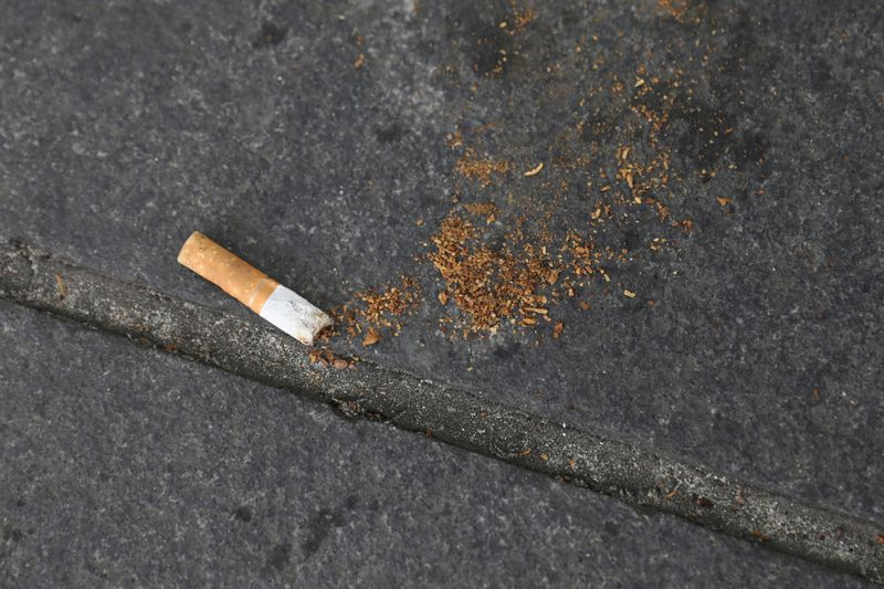 © Reuters. FILE PHOTO: A cigarette butt lies on a street in New York