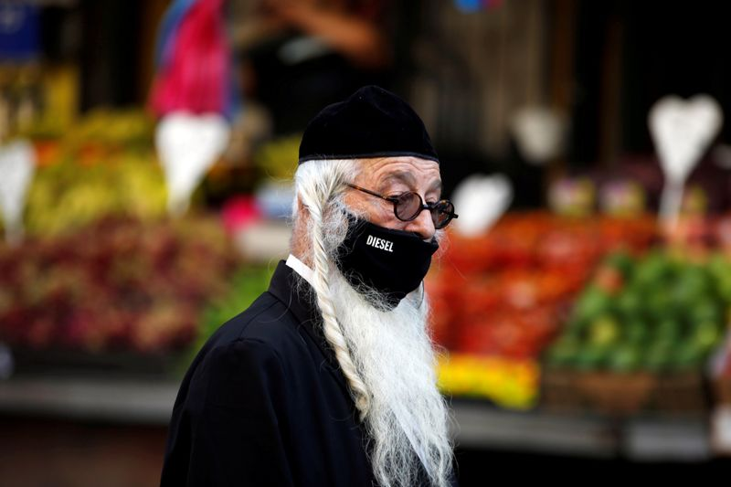 © Reuters. A man shops in a main market ahead of Yom Kippur, the Jewish Day of Atonement as Israel is set to tighten its second nationwide coronavirus disease (COVID-19) lockdown amid a rise in infections, later today, in Jerusalem