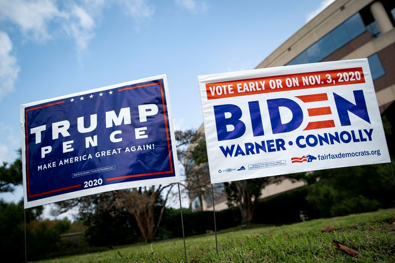 © Reuters. FILE PHOTO: FILE PHOTO: People vote at an early voting site in Fairfax, Virginia