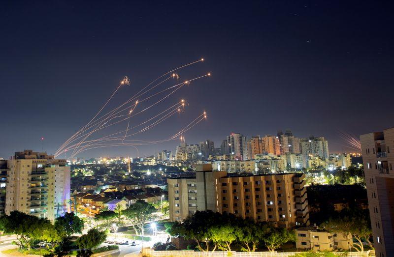 La violence fait rage à Israël et à Gaza, pas de signes d'apaisement