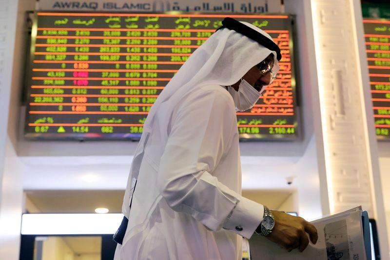 تراجع معظم أسواق الخليج مقتفية أثر هبوط النفط ودبي تصعد