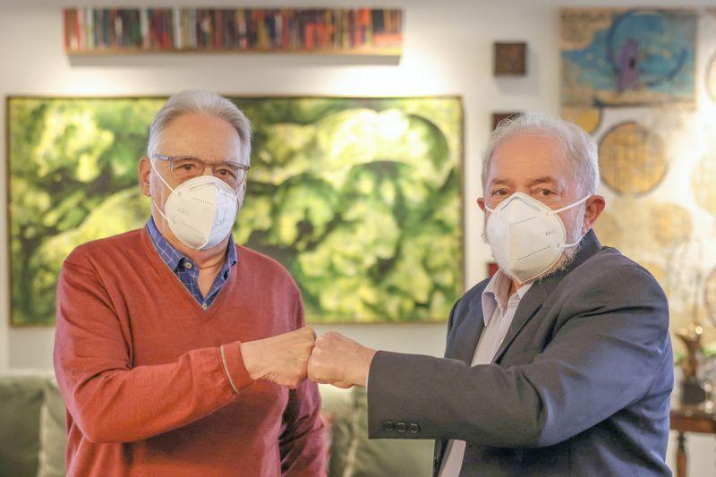Lula e FHC ensaiam aproximação em almoço e discutem
