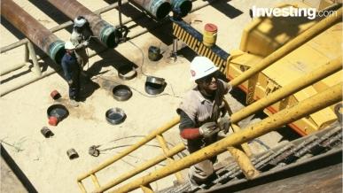 شاهد: النفط يتطلع للمزيد من الدعم بفعل تقلص المخزونات الامريكية